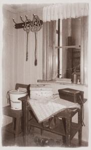 Farstun, med mattpiskor hängande på väggkrok.