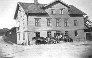 Häst parkerad framför Kennedys speceriaffär, hörnet Frölundagatan och Göteborgsvägen, tidigt 1900-tal.