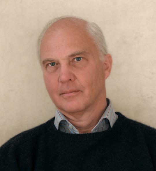 Docent Mats G. Larsson, numera bosatt i Vattholma, norr om Uppsala, far omkring bland landskapets fornminnen och gör sina iakttagelser. - larsson_mats