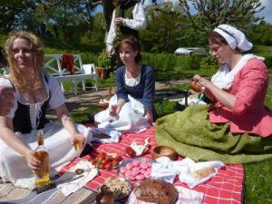 Färgglada och vackra dräkter, kvinnlig fägring, god mat, god dryck, strålande väder och vackra omgivningar – så lyckad var picknicken på Gunnebo den 21 maj 2011. Foto: Karin Andersson