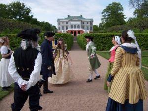 Dansmästare Mikael Tilander ger inledande anvisningar åt gustavianerna. Foto: Peter Engström