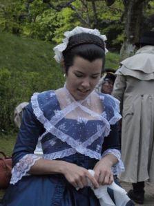 En gustaviansk flicka i en picknickens vackraste klänningar: en dröm i blått och vitt. Foto: Alexandra Tilander