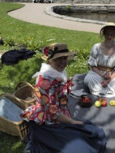 Karin Andersson hade en halmhatt som solskydd. (Gustavianska flickor fick inte lov att bli solbrända.) Foto: Alexandra Tilander