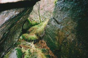 Melin har krupit in genom öppningshålet i blockgrottan Hönshuset och fotograferat ingångshålet inifrån.
