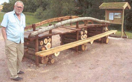 NA Bergqvist på minnesplatsen i Kolbäck. Minnesmärket är utformat som en gammal träbro. Foto: Kolbäcks hembygdsförenings arkiv.