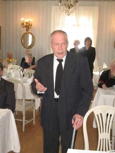 Sven Nordström, tidigare ordförande i Kolbäcks hembygdsförening, håller ett inspirerat åminnelsetal för att hedra NA Bergqvist, sin hädangångne medarbetare och vän. Foto: Lars-Erik Lundin.