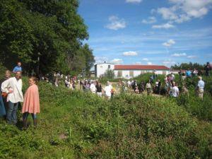 Fullt med folk på grävplatsen i Kungälvs Ytterby, där den gamla kungsgården Kungahälla nu grävs fram.