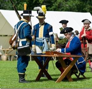 Soldaterna måste stiga fram till en sträng mönsterskrivare.