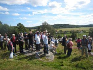 Kristina Bengtsson berättar om gravfältet. Folk står på hällarna, som kallades Konungahälla.