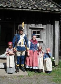 Soldatfamiljen Wass utanför soldattorpet i Gräfsnäs.