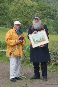 Lasse Larsson, ordförande i Gunnebo Vänner, har utdelat Gunnebo Vänners första kulturstipendium till Lars Gahrn. Foto: Anna Jolfors 2011.