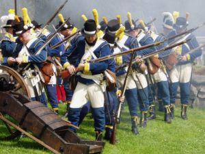 Gustavianerna har stormat uppför Gräfsnäs vallar och laddar om vid kanonen. Foto: Anna Jolfors 9/7 2011.