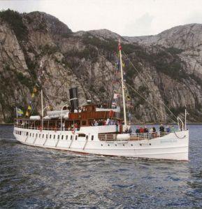 Ångaren Bohuslän stävar fram i Bohusläns kustlandskap.