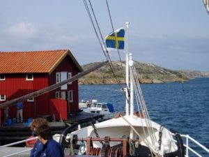 """Föröver ses ett kalt skär. Här satt Evert Taube, när han skrev """"Inbjudan till Bohuslän"""". Så berättade man ombord på ångaren. Foto: Anna Jolfors."""