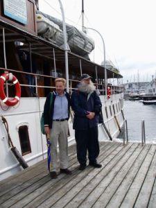 Två ångbåtsresenärer, Niklas Krantz och Lars Gahrn, bredvid ångaren Bohuslän på Gullholmens ångbåtsbrygga. Foto: Anna Jolfors 22/7 2011.
