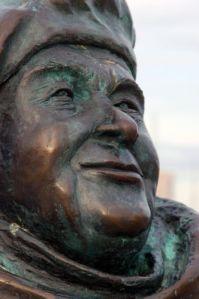 Evert Taube skådar ut över havet. Staty av Eino Hanski vid Göteborgsoperan. Foto: Anna Jolfors.