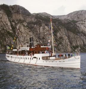 Ångaren Bohuslän fick föreställa Oscar II:s chefsfartyg Drott under sekelskiftesdagarna i Marstrand, och visst kan denna stora och vackra ångare med fördel användas som ett kungligt kryssningsfartyg.