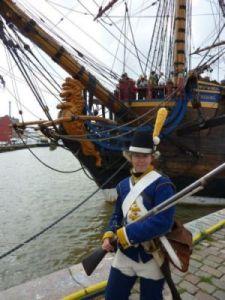 Den gustavianska garnisonssoldaten Karin Andersson står på post vid ostindiefararen,  som har blivit skådeplats för många historiska föreställningar och fester.