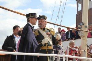 Hans Majestät Konung Oscar II och överhovjägmästare Victor Ankarcrona ses här på Bohusläns däck före landstigningen och hyllningen i Marstrand.