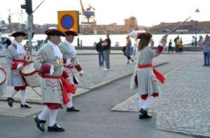 Även danskar från Tordenskioldssällskapet ses ibland vid ostindiefararen. Foto: Anna Jolfors.