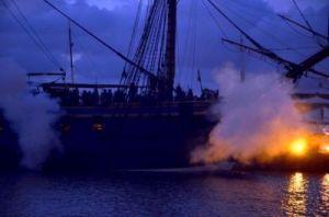I sensommarnatten sköt blixtar ut från ostindiefararens kanoner. Foto: Anna Jolfors.