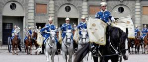 Dragonmusikkåren framför Kungliga Slottet i huvudstaden.