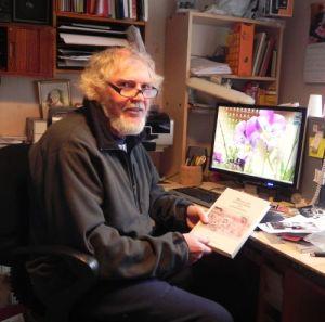 Bertil Larsson med sin bok i handen har fotograferats vid sin dator. Bägge har återigen gjort en stor insats.