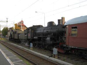 """Två ånglok hade kopplats ihop """"rygg mot rygg"""" (tender mot tender). Loken ses här på Uddevalla station. Foto: Lars Gahrn."""