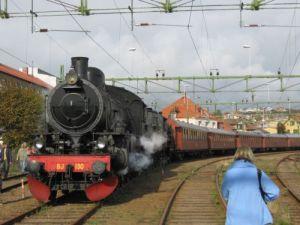 Här på Lysekils station har jag lyckats fotografera tåget med endast en annan fotograf mellan mig och tåget. Foto: Lars Gahrn.
