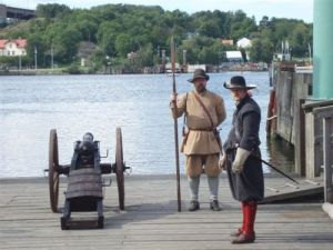 Soldater ur Gustav II Adolfs fotfänika skjuter invigningssalut till Klippandagarna.