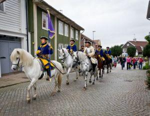 Karolinska ryttare rider genom Kungälv. Hästarna är i vanliga fall stallade i Mariebergs gård utanför staden. Foto: Steve Prytz.