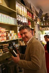 Matpredikanten Anders Arnell granskar matvaror i butikshyllorna.