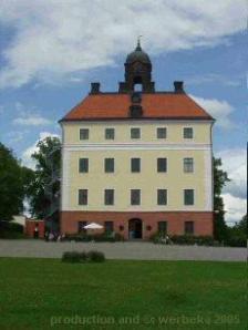 Engsö stenhus eller slott reser sig majestätiskt över borggården.