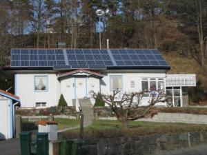 Göran Edvardssons solkraftverk, Rådavägen 52, har även ett vindkraftverk på en hög stång.