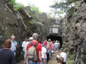 En strid flod av besökare strömmade ner till fortets ingång.