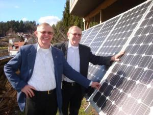 Soltvillingarna Christer och Göran Edvardsson skiner som solen av glädje över sina miljövänliga solkraftverk.