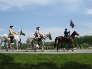Några karolinska ryttare rider fram.