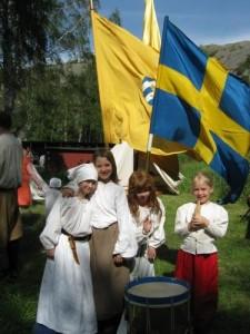 Flera barn till soldater och soldathustrur lekte i de militärhistoriska föreningarnas fältläger.