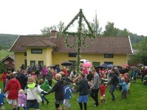 Dans kring midsommarstången i sluttningen ovanför Börjesgården. Foto:   Lars Gahrn