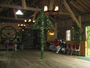 I händelse av regn fanns möjligheten att dansa kring en majstång inomhus   på logen. Lindomebornas beredskap var god!