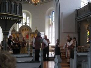 Hällesåkers spelmanslag spelar i Lindome kyrka.