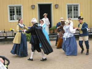 Gustavianerna dansar i sina vackra dräkter. Foto: Lars Gahrn