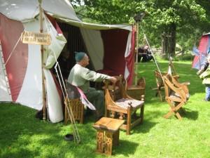 Välgjorda möbler i medeltida stil salubjöds på marknaden. Foto: Lars Gahrn.