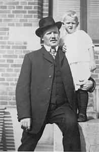 Axel Nilsson har blivit fotograferad tillsammans med sonen Göran Axel-Nilsson. Båda kom att betyda mycket för Gunnebo, som utövade en stark lockelse på museimännen.