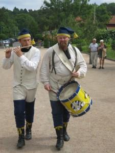 Två musiker vandrade omkring på Gunnebo och spelade tidsenlig musik.