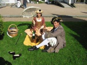 Ett gustavianskt herrskap firar dagen i det gröna.