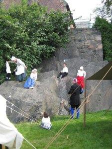 Även barnen ville – till mödrarnas förtvivlan –   storma Skinnareklippan (Birgittas kapell). Foto: Lars   Gahrn