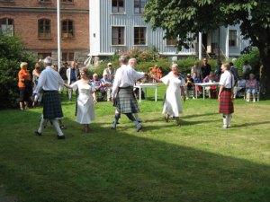 De skotska dansarna bjöd på dans inne på bruksgården.