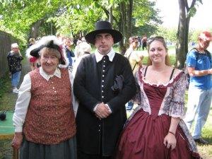 Änkedrottningen (Ann Jönsson), fältprästen (Ulf   Leonardzon) och änkedrottningens hovdam (Madelene   Jönsson) åsåg slaget vid Klippan.