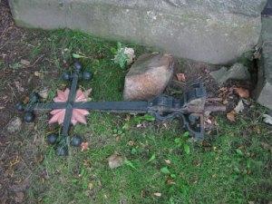 Korset borde sättas upp på gravkorets gavelkrön!